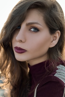Modelka w awangardowym makijażu