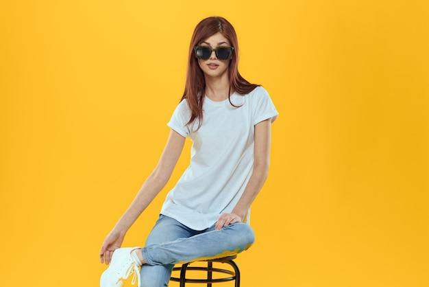 Modelka w dżinsach i białą koszulkę