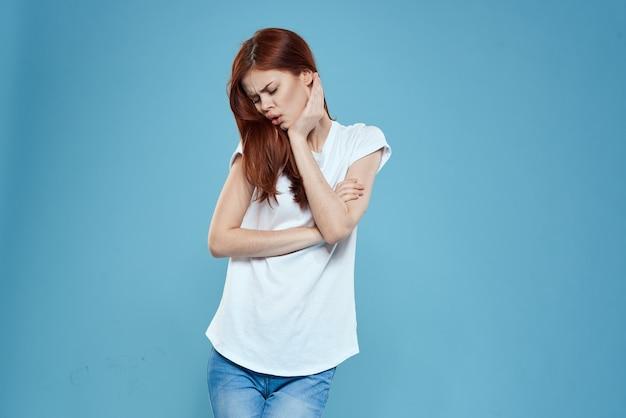 Modelka w dżinsach i pozuje biały t-shirt