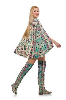 Modelka w sukience z azerbejdżańskimi elementami dywanowymi na tle