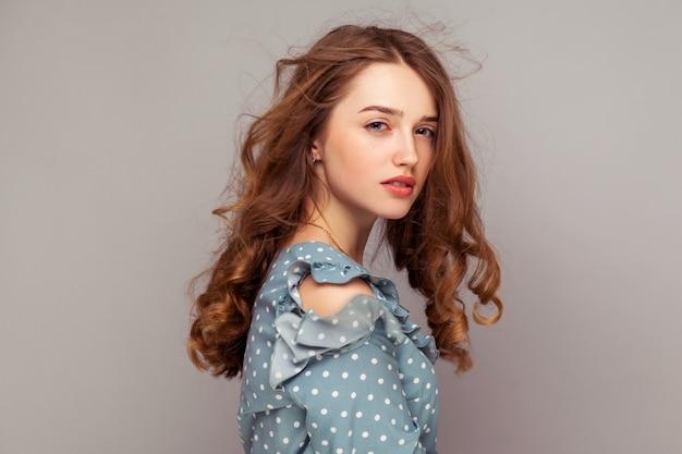 Modelka z naturalnym blaskiem skóry i piegami