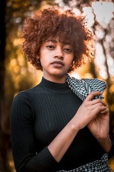 Modelka z włosami alo afro podczas sesji mody lifestyle
