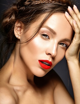 Modelka ze świeżym, codziennym makijażem
