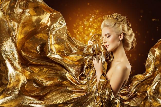 Modelka złota tkanina