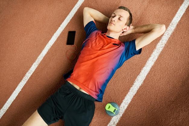 Modern sportsman relaks na stadionie