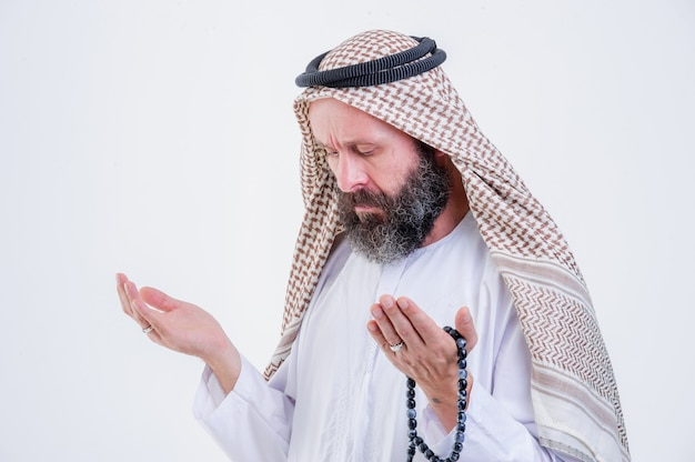 Modlący się mężczyzna z bliskiego wschodu.