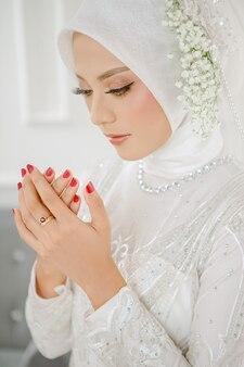 Modlę się piękna muzułmańska dziewczyna w hidżabie