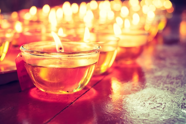 Modli się świeczki szkło na drewno stole w chińskiej świątyni