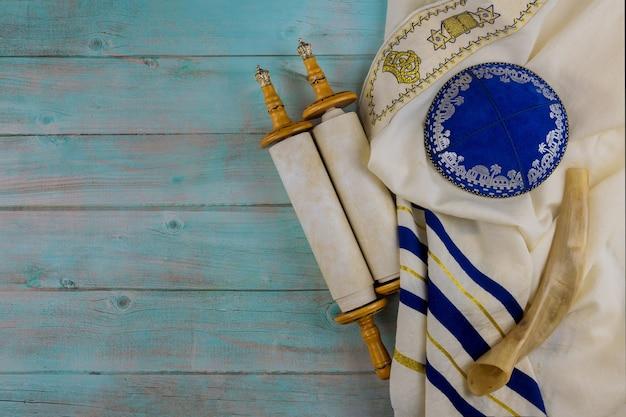 Modlitewnik żydowskich ortodoksyjnych symboli religijnych ze zwojem tory i rogiem szofar