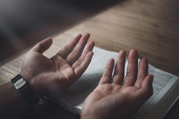 Modlitwa człowieka o biblię, kult i religię. koncepcja wiary, stara biblia. kopiuj przestrzeń
