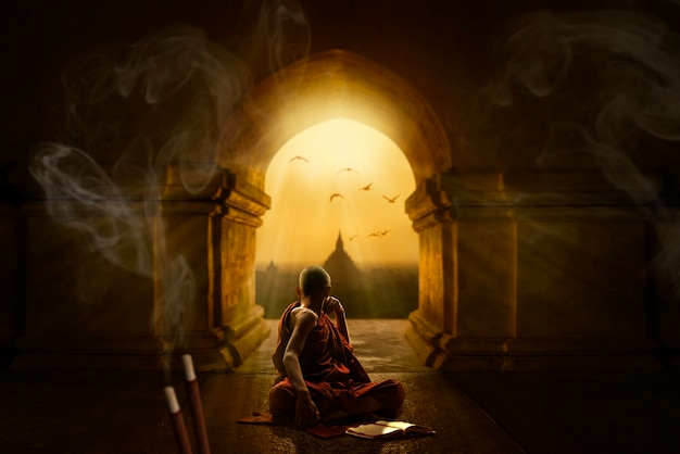 Modlitwa i medytacja w świątyni buddyjskiej