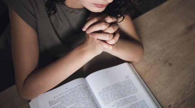 Modlitwa młoda kobieta czyta biblię.