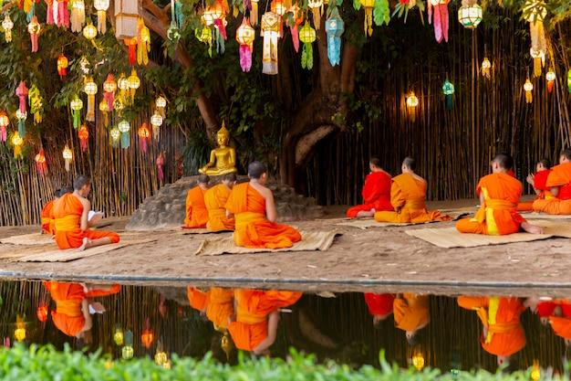 Modlitwa mnichów w dniu buddów pod drzewem banyan