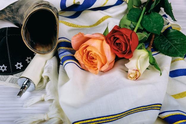 Modlitwa szal - tallit i shofar róg żydowski symbol religijny