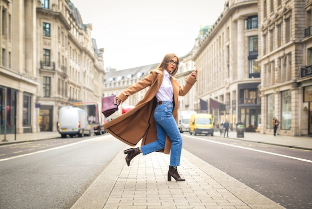 Modna biznesowa kobieta biega na ulicie