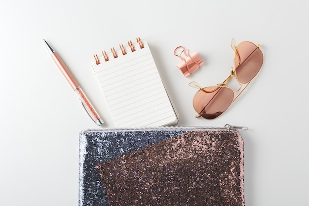 Modna brokatowa torba z długopisem, notatnikiem i okularami przeciwsłonecznymi