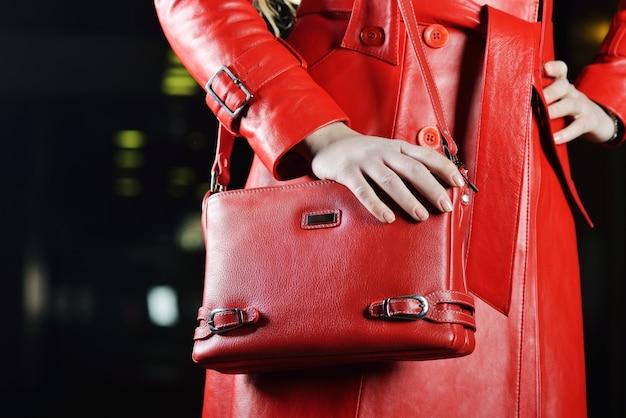 Modna czerwona kurtka i torba