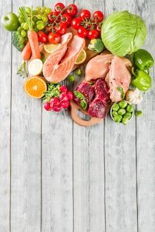 Modna dieta wegańska, mięso, jajka, owoce morza, nabiał i różne świeże warzywa