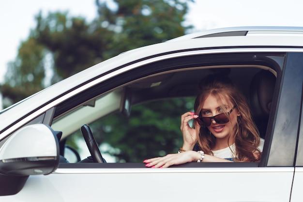 Modna dziewczyna podróżuje samochodem