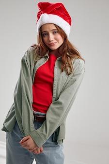 Modna dziewczyna w czapce imprezowej na szarym tle kurtka koszulka przycięty widok. wysokiej jakości zdjęcie