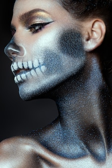 Modna dziewczyna zombie. portret kobiety pin-up zombie. projekt malowania ciała. makijaż halloween.