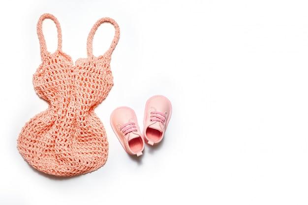 Modna i modna siatkowa torba na zakupy. pojęcie wielokrotnego użytku i przetwarzania surowców. bez plastikowego tła