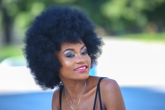 Modna i piękna afrykańska kobieta