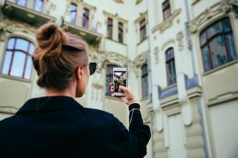 Modna kobieta biorąc zdjęcie starego budynku, architektura, za pomocą telefonu komórkowego