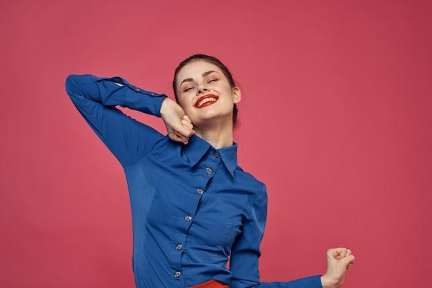 Modna kobieta gestykuluje rękami w błękitnej koszuli