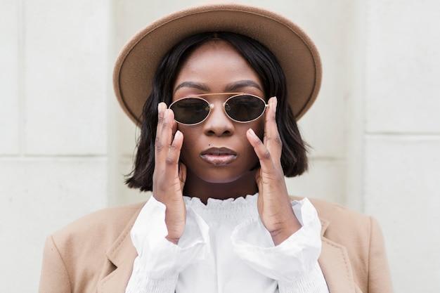 Modna kobieta nosi okulary przeciwsłoneczne