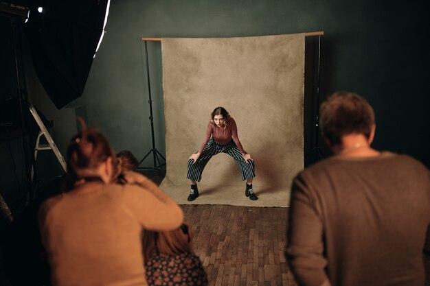 Modna kobieta pozuje profesjonalną fotografię modelki