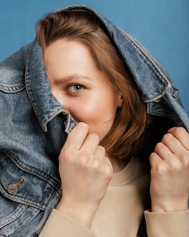 Modna kobieta ubrana w dżinsową kurtkę