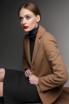 Modna kobieta w płaszczu. styl retro, czarna sukienka,