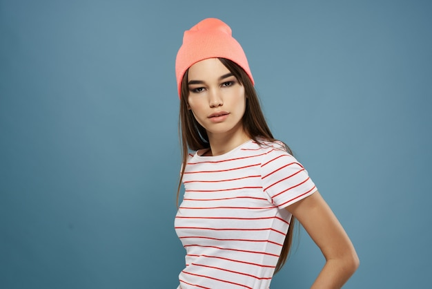 Modna kobieta w t-shirt w paski w nowoczesnym stylu letnie ubrania