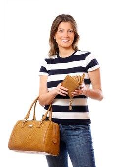 Modna kobieta z ładną torbą i otwartym portfelem na białym tle