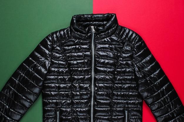 Modna kurtka na czerwono-zielonej powierzchni