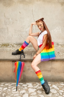 Modna lgbt dziewczyna w kolorowych skarpetkach w czarnych butach.