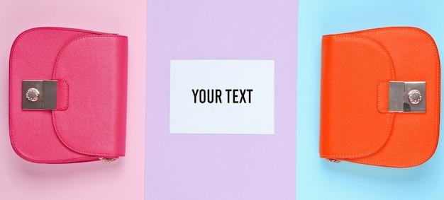 Modna, minimalistyczna koncepcja. dwie torby, biała kartka papieru na miejsce na kopię na pastelowym tle. widok z góry