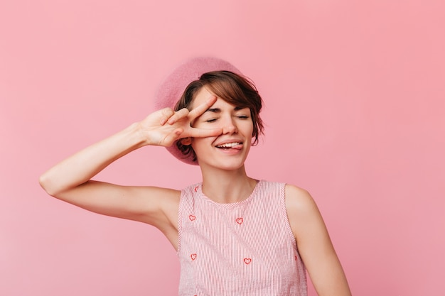 Modna młoda kobieta pokazuje znak pokoju