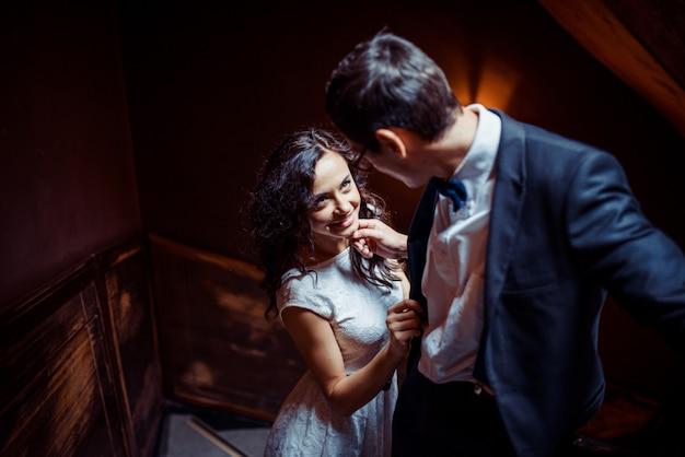 Modna młoda para stojący na schodach i przytulanie się