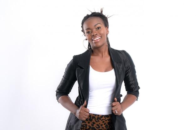 Modna młoda piękna afrykańska kobieta z pozować w czarnej skórzanej kurtce.