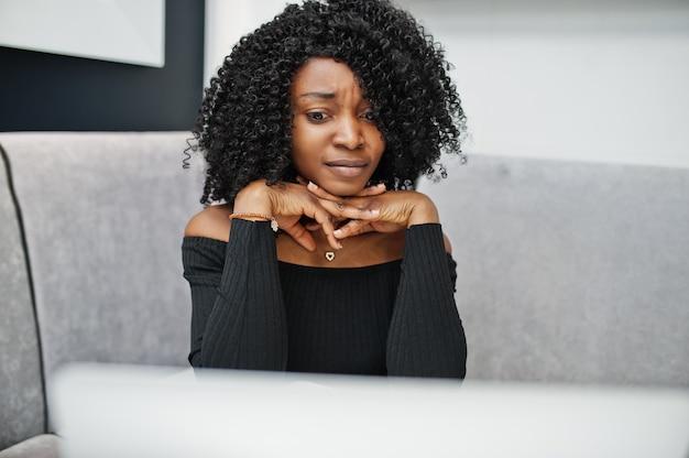 Modna młoda piękna biznesowa kobieta z afro fryzurą