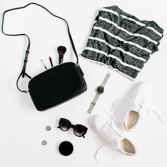 Modna moda w stylu czarny kobieta kolekcja ubrań i akcesoriów na białym tle. płaski świeckich, widok z góry.