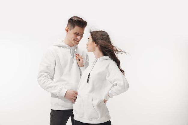 Modna modna para na białej ścianie