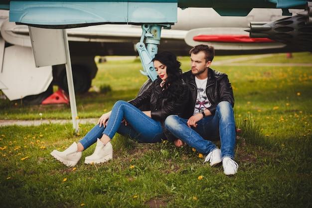 Modna para siedzi w skórzanych kurtkach