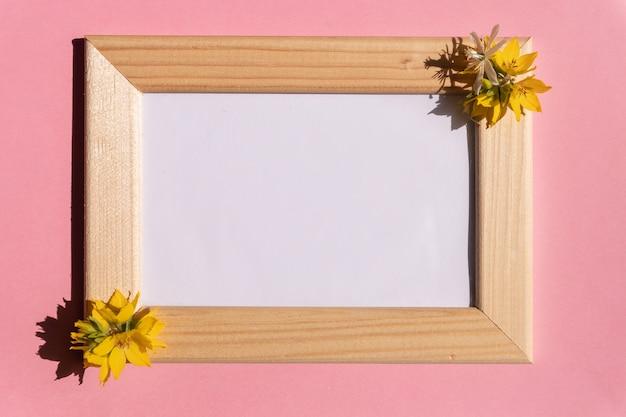 Modna pusta ramka na zdjęcia na różowym tle