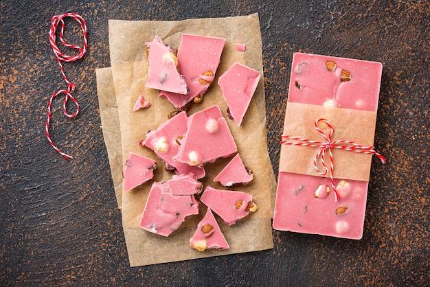 Modna różowa lub rubinowa czekolada