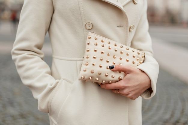 Modna stylowa torebka damska w kobiecych rękach na ulicy