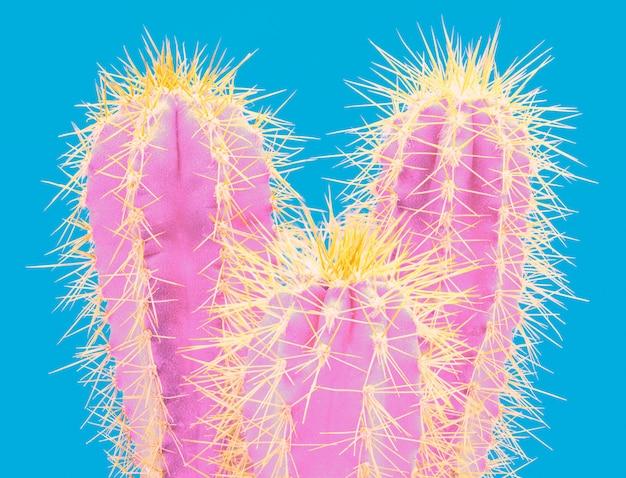 Modna tropikalna neonowa kaktusowa roślina na błękicie