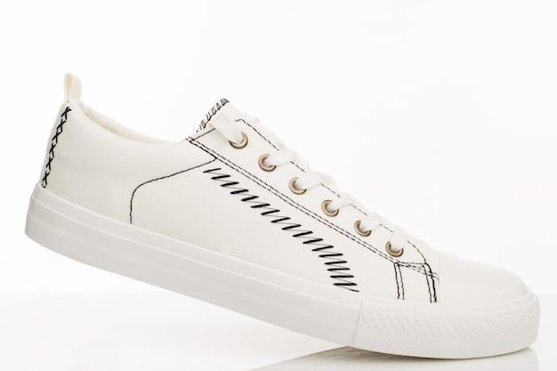 Modne białe buty do chodzenia na białym tle. - wizerunek